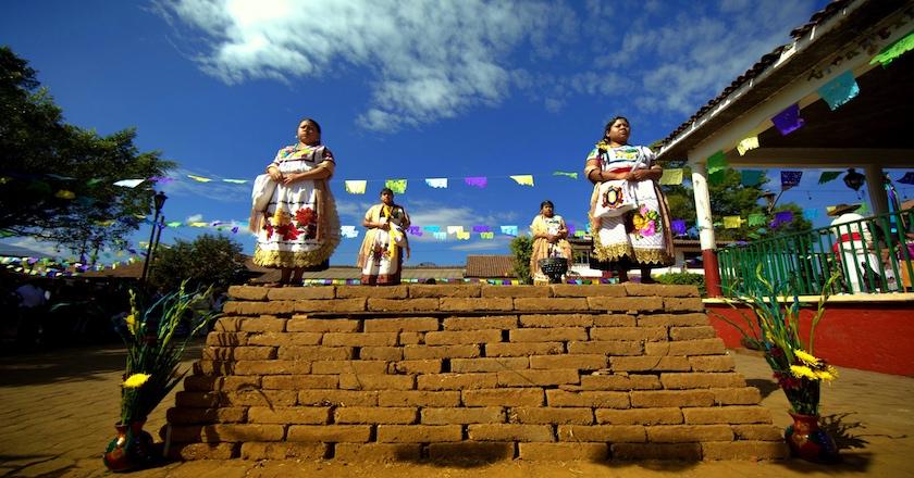Copia de 1. Cargueras arriba de yácata ceremonial 1-8mb